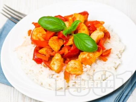 Бяло пилешко месо на хапки с чушки и моркови върху канапе от ориз  - снимка на рецептата